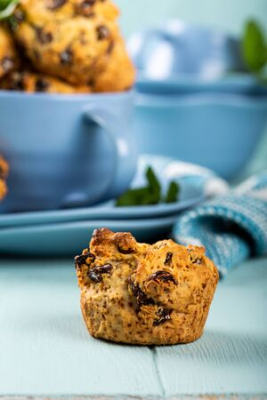 Fresh homemade delicious raisins muffins Foto de archivo - 134471643