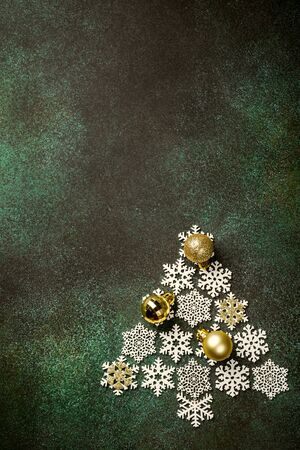Festive background with wooden christmas tree Foto de archivo - 134472356