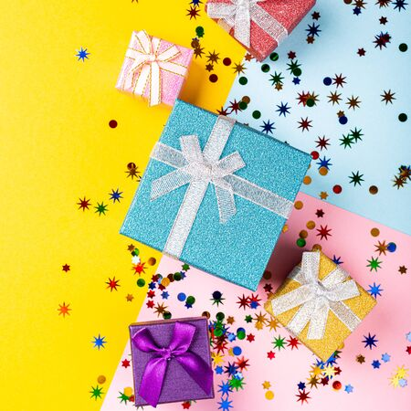 Festive background with colorful gift presents Foto de archivo - 134472412
