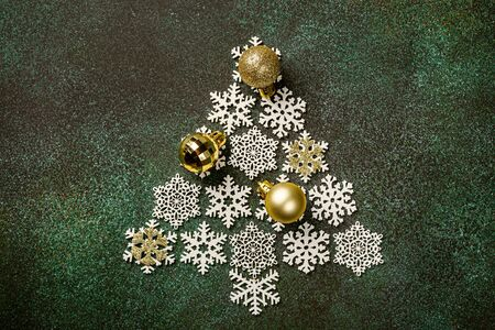 Festive background with wooden christmas tree Foto de archivo - 134472469