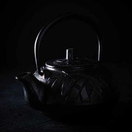 Black iron teapot over dark background Foto de archivo - 134472485