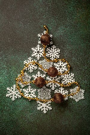 Festive background with wooden christmas tree Foto de archivo - 134472537