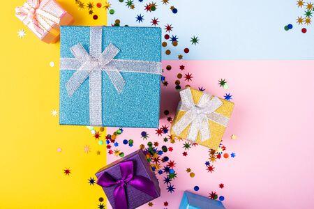 Festive background with colorful presents Foto de archivo - 134472918