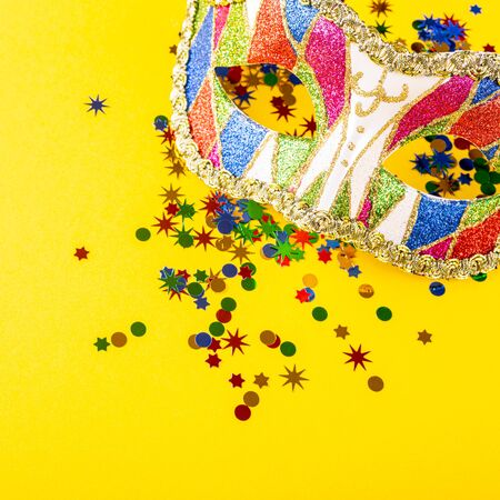 Festive yellow background with colorful carnival mask. Foto de archivo - 134473309