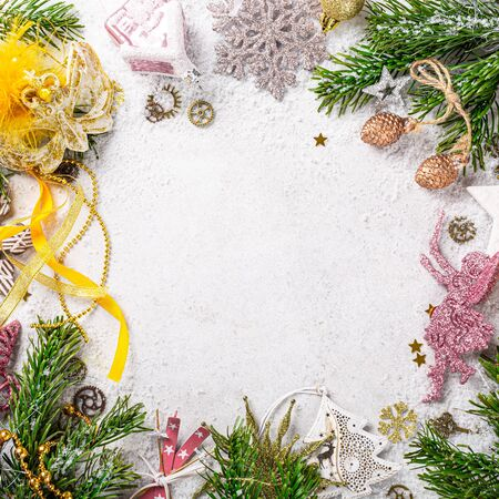 Flat lay of frame with christmas tree, yellow and pink festive decoration. Copy space, winter holidays greeting card, top view. Foto de archivo - 134473401