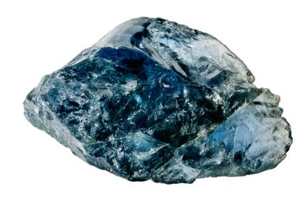 Un cristallo di zaffiro blu crudo e uncut isolato su bianco