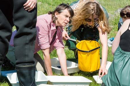 botas altas: Kalmar, Suecia - 26 de mayo: Las estudiantes de ecología, biología viaje de campo para estudiar la vida marina.
