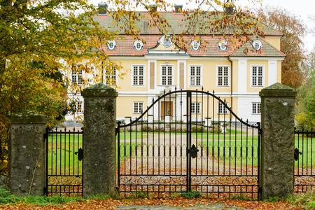 puertas de hierro: Castillo Johannishus en el sur de Suecia, visto desde fuera de las puertas de hierro. Editorial