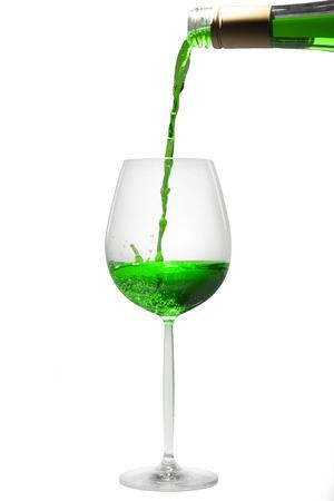ajenjo: verter la absenta en un vaso
