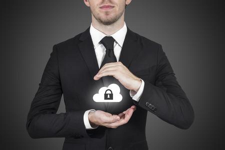 datos personales: empresario proteger nube s�mbolo de bloqueo con las manos Foto de archivo