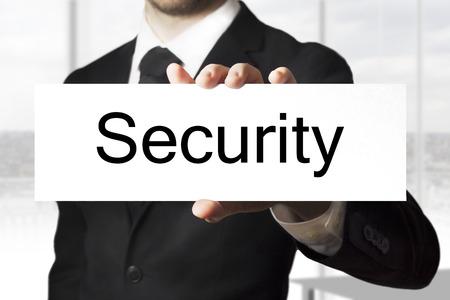 company secrets: uomo d'affari in abito nero segno di partecipazione della sicurezza