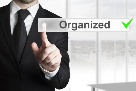 pushing the button: hombre de negocios en la oficina que empuja el bot�n verde organizada verificado