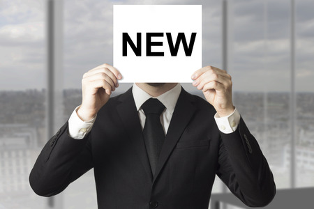 zakenman verbergen gezicht achter teken van nieuw personeel inhuren