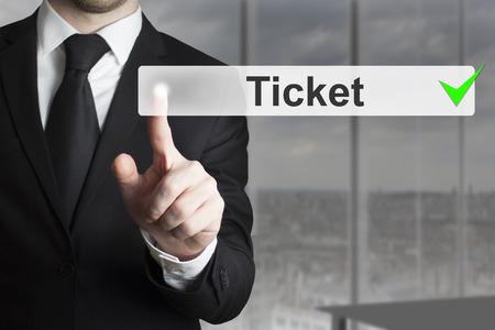 empujando: hombre de negocios en traje negro empujando billete bot�n Foto de archivo