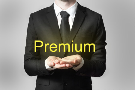 proved: Uomo d'affari in abito nero che serve gesto mani premium aperta Archivio Fotografico