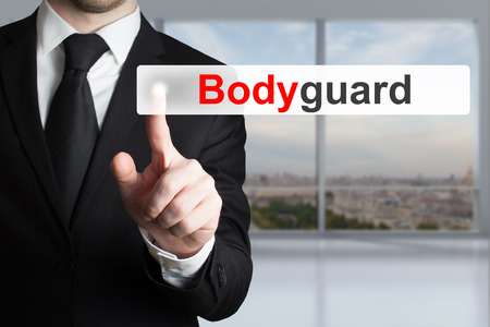 guardaespaldas: hombre de negocios en la oficina que empuja el bot�n guardaespaldas plana Foto de archivo