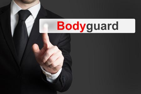 guardaespaldas: hombre de negocios en traje negro empujando guardia de pantalla t�ctil plana