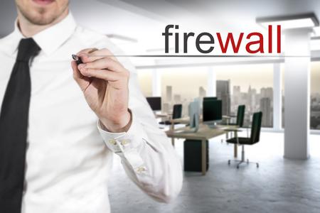homme d'affaires dans moderne pare-feu d'écriture de bureau dans l'air