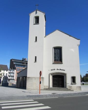 OLV Ter Druiven Kerk, Aalst, 1955-1956 vroeger gelegen aan een drukke kruising, nu een brandpunt van de nieuw opgeleverde Werfplein