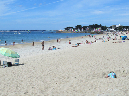 plage: CARNAC, FRANCE, JULY 23 2015: View of the golden sand main beach in Carnac Plage in the Gulf of Morbihan in Brittany. It is a very popular family holiday destination. Editorial
