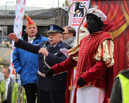 zwarte: AALST, BELGIUM, NOVEMBER 5 2016: Actor Anton Cogen beter known as Commissaris Migrain from the popular Mega Mindy series, entertains the crowds during the arrival of St. Martin in Aalst.