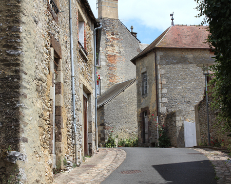 FRESNAY ・ シュル ・ サルト、フランス、2017 年 7 月 15 日: 通りの趣のある歴史的な古い町の Fresnay ・ シュル ・ サルト フランス西部の観Fresnay は、支 報道画像
