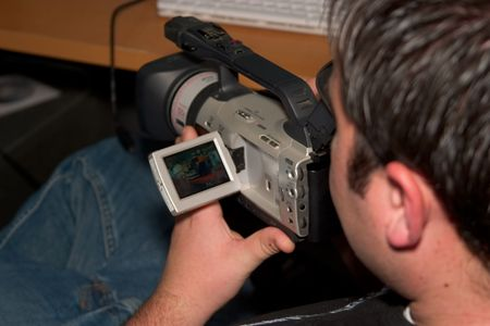 카메라에 비디오 영상을 검토하는 남자.