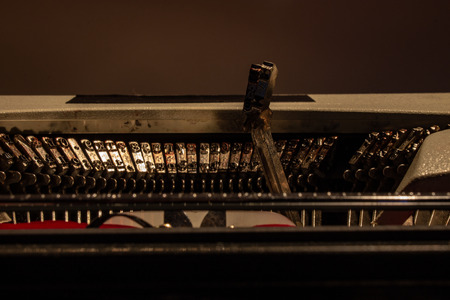 An old typewriter. Press to key to the letter of the corresponding alphabet, starting with the paper Stockfoto