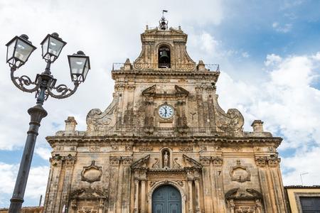 palazzolo: Particolare della facciata della chiesa di San Sebastiano contro un cielo nuvoloso a Palazzolo Acreide Siracusa Sicilia Italia