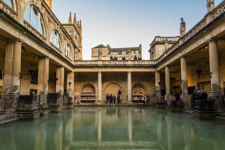 Bath, Reino Unido - 13 de diciembre de 2017: Turistas que visitan el interior de los baños romanos en diciembre 13,2017 en Bath, Reino Unido Editorial