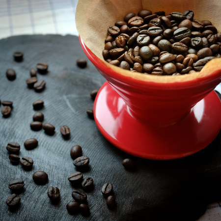 papel filtro: Coffee beans in coffee drip cone