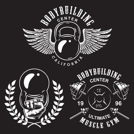 Set bodybuilding emblemen met kransvleugels en sportuitrusting in witte kleur. Vector illustratie