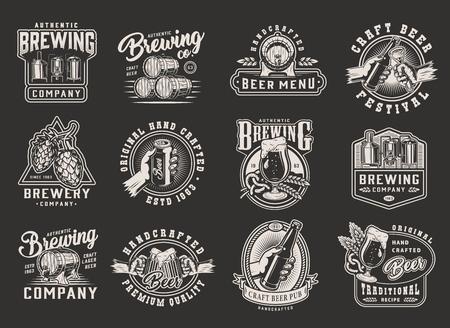 Disegni di birra monocromatici vintage con distintivi di emblemi di birra stampe su sfondo scuro illustrazione vettoriale isolato