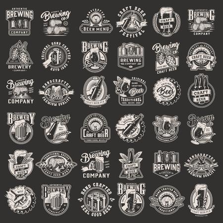 Vintage impresiones monocromáticas de cervecería con vasos de cerveza, jarras, botellas, latas y tapas de metal, barriles de madera, conos de lúpulo, orejas de trigo, máquina de elaboración de cerveza, abridor de botellas, ilustración vectorial Ilustración de vector