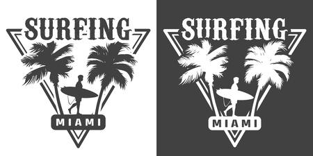 Impression de sport de surf monochrome avec palmiers et surfeur tenant une planche de surf dans une illustration vectorielle isolée de style vintage