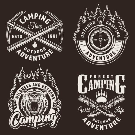 Loghi da campeggio monocromatici con bussola di navigazione testa di orso arrabbiato incrociati picconi e coltelli in stile vintage illustrazione vettoriale isolato