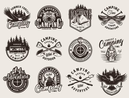 Vintage zwart-wit openluchtrecreatie emblemen met dieren camping tent tools kano peddels bos en bergen landschappen geïsoleerde vectorillustratie