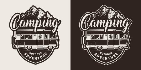 ヴィンテージスタイルの孤立したベクターイラストで夏の旅行トラックや山々とモノクロキャンプエンブレム