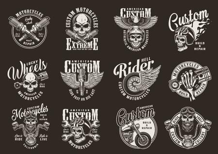 Vintage moto monochrome imprime avec des pièces de moto chopper biker et motocycliste crânes aigle fougueux moto casque et roue ailée isolé illustration vectorielle