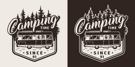 ヴィンテージスタイルの孤立したベクターイラストでレクリエーショントラックと森林シルエットとモノクロキャンププリント