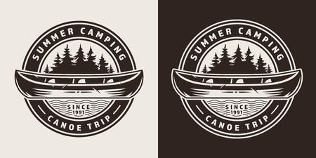 Emblema redondo de viaje de verano vintage con canoa y bosque en estilo monocromo aislado ilustración vectorial