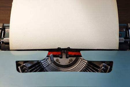 Máquina de escribir vintage con papel en blanco. Espacio para texto. El concepto de literatura, historia, educación.