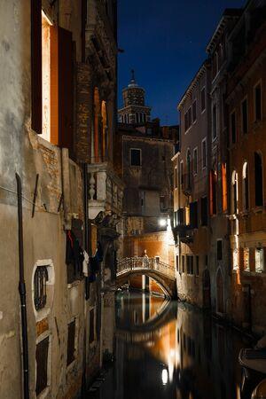 Night view of beautiful Venetian canal, Venice, Italy Standard-Bild