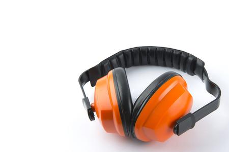 contaminacion acustica: Orejeras de protección aislados en un fondo blanco