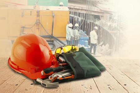 veiligheidshelm en hulpmiddelen op houten tafel en bouw