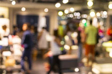 wazig beeld van winkelcentrum en mensen