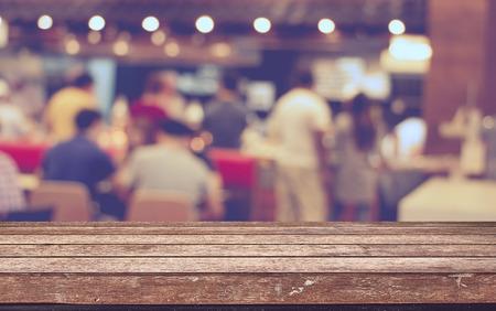 Vaciar mesa de madera con restaurante borrón con el fondo bokeh, plantilla de visualización del producto