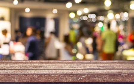 Lege houten tafelblad met restaurant onscherpte met bokeh achtergrond, Product weergave template Stockfoto