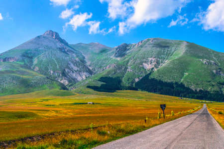Road and mountains Reklamní fotografie