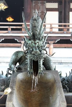 lavamanos: Escultura de drag�n en un lugar de lavado a mano